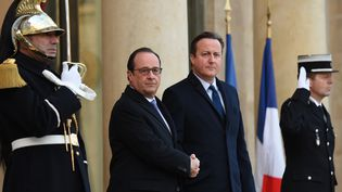 François Hollande serre la main de David Cameron devant l'Elysée, lundi 23 novembre 2015. (STEPHANE DE SAKUTIN / AFP)