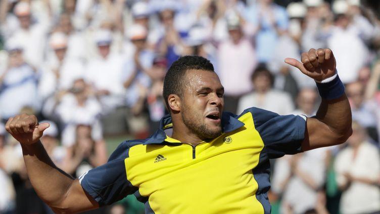 Jo-Wilfried Tsonga fête par sa célèbre danse des pouces sa victoire surRoger Federer, le 4 juin 2013 à Roland-Garros. (KENZO TRIBOUILLARD / AFP)