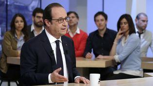 """François Hollande sur le plateau du """"Supplément"""" de Canal +, à Paris, le 19 avril 2015. (PHILIPPE WOJAZER / POOL)"""