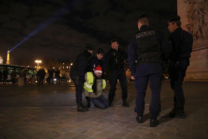 """La police arrête un""""gilet jaune"""" sur lesChamps-Elysées, à Paris, le 24 décembre 2018. (ZAKARIA ABDELKAFI / AFP)"""