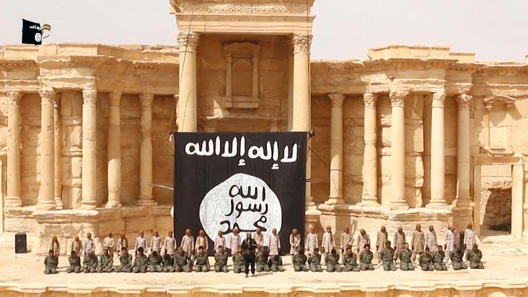 Capture d'écran de la vidéo diffusée par le groupe terroriste Etat islamique le 4 juillet 2015, qui montre l'éxécution de 25 soldats syriens par des adolescents à Palymyre (Syrie). (WELAYAT HOMS / AFP)
