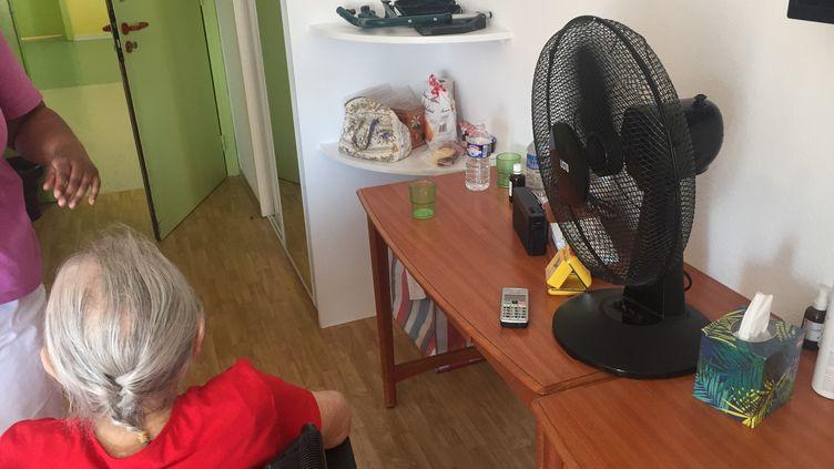 Une personne âgée devant un ventilateur à la maison de retraite de l'Arc à Mulhouse. (GUILLAUME CHHUM / FRANCE-BLEU ALSACE (+ FB ELSASS))