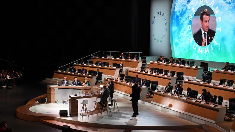 Emmanuel Macron apris la parolelors du One Planet Summit à Paris, le 12 décembre 2017. (ERIC FEFERBERG / AFP)