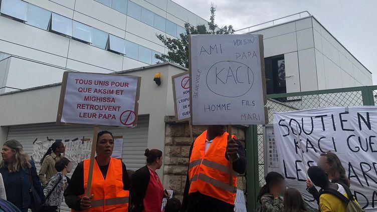 Des parents ainsi que des élèves rassemblésdevant l'école élémentaire avenue Maurice d'Ocagne, à Paris, pour protester contre l'expulsion de Kaci Guermah, lundi 3 juin 2019. (AUDREY LIVE / TWITTER)