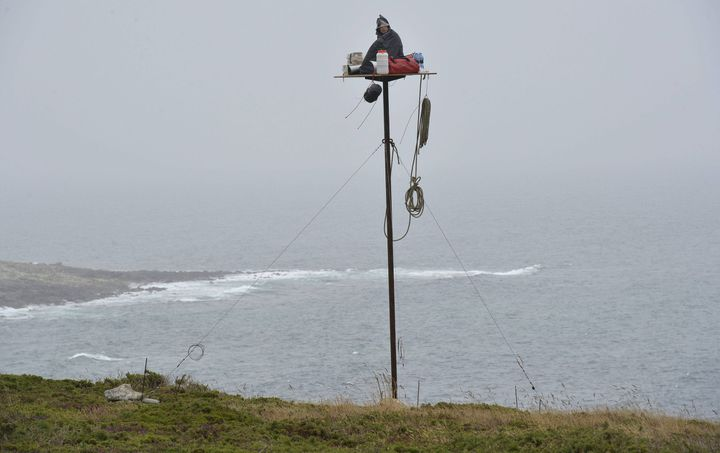 """Abraham Poincheval en Bretagne pour l'exposition """"La Rhétorique des marées""""  (PHOTOPQR/OUEST FRANCE)"""