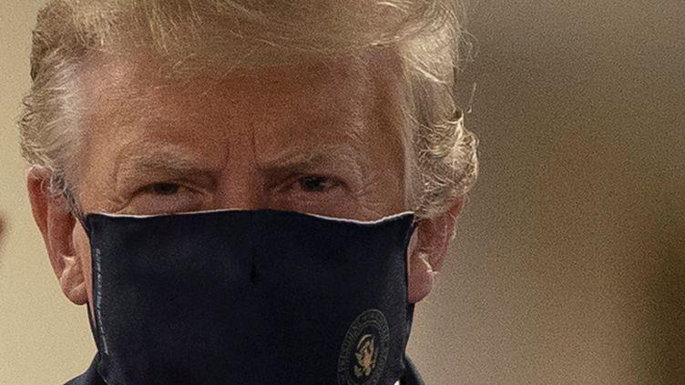 Donald Trump porte un masque lors d'une visite dans un centre médical militaire à Bethesda (Etats-Unis), le 12 juillet 2020. (TASOS KATOPODIS / REUTERS)