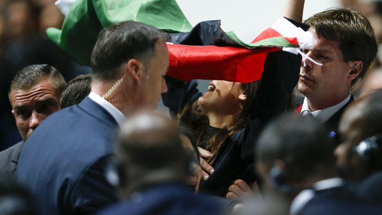 Une manifestante brandissant un drapeau de la Palestine saisie par la sécurité au Congrès de la Fifa, à Zurich (Suisse), le 29 mai 2015. (ARND WIEGMANN / REUTERS)