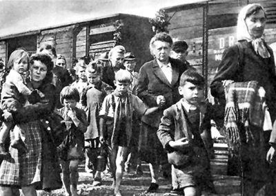 Expulsés allemands des Sudètes quittant la Tchécoslovaquie.