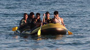 Des migrants arrivent à Kos (Grèce), mardi 18 août 2015. (LOUISA GOULIAMAKI / AFP)