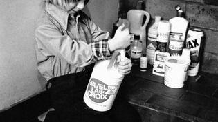 De la toxicité des produits ménagers. Pour les eaux usagées, pour les poumons, pour les enfants qui les manipulent. Un toxiscore devrait bientôt permettre d'afficher le niveau de toxicité des produits ménagers. (Illustration) (RICHARD FRIEMAN-PHELPS / GAMMA-RAPHO VIA GETTY IMAGES)