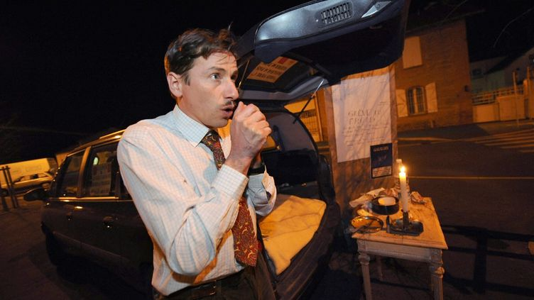 Rémy Daillet-Wiedemann, alors chef de file du MoDem de la région Midi-Pyrénées, devant l'usine Molex de Villemur-sur-Tarn (Haute-Garonne), dans la nuit du 2 au 3 février 2009. (REMY GABALDA / AFP)