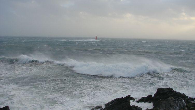 La mer est agitée sur la pointe Saint-Mathieu dans le Finistère. (CLÉMENT SOUBIGOU / RADIOFRANCE)