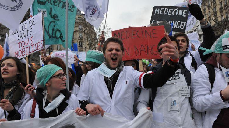 (Plusieurs milliers de blouses blanches ont défilé dimanche à Paris contre le projet de loi santé de Marisol Touraine © Radio France / Nathanaël Charbonnier)