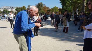 Le photographe Bill Cunningham à la sortie du défilé Issey Miyake, le 26 septembre 2014, à Paris  (Corinne Jeammet)