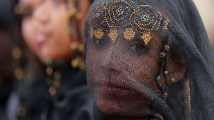 Festival qui met à l'honneur la culture Amazigh. Les Berbères étaient présents au Maroc avant les romains. Polythéistes et païens, ils vénéraient les arbres, l'eau, la Lune. Cette population native s'est convertie à des religions monothéistes quand les Arabes ont envahi le pays, mais elle s'est peu mélangée, ni fondue. Si beaucoup d'entre eux se sont convertis à l'islam, d'autres ont opté pour le judaïsme. L'identité berbère reste très forte et très revendiquée. Elle s'articule essentiellement sur la défense de la langue, très spécifique, le tamazight. La population berbère est un agglomérat de différentes populations de la région: Touaregs, Rifains, Kabyles, Chleuhs et Amazighs. Il y a de nombreuses différences entre eux, mais ils ont en commun une organisation sociale relativement démocratique. Le festival est reconnu comme un «chef d'oeuvre de l'héritage oral et intangible de l'humanité» par l'Unesco. Il met ainsi à l'honneur les traditions mocales et réunit tous les ans les trubus nomades d'Afrique du Nord. (KARIM SAHIB / AFP)