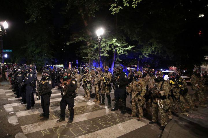 Des agents fédéraux déployés en renfort lors de manifestations à Portland, le 27 juillet 2020. (CAITLIN OCHS / REUTERS)