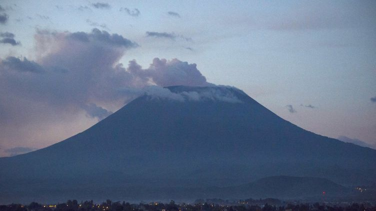 Le volcan Nyiragongo en République démocratique du Congo vu depuis le lac Kivu. (PABLO PORCIUNCULA / AFP)