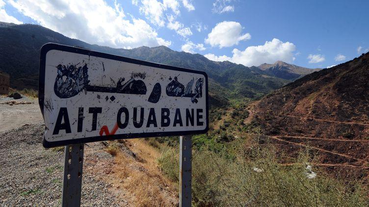 Un panneau indique l'entrée d'un village proche de la zone de recherche des ravisseurs de l'otage français exécuté Hervé Gourdel par l'armée algérienne, le 23 septembre 2014, en Algérie. (FAROUK BATICHE / AFP)