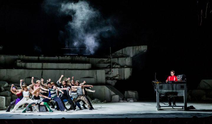 """""""Room with a view"""", une création de Rone et (La)Horde avec le ballet national de Marseille, au Théâtre du Châtelet, mars 2020. (CYRIL MOREAU / BESTIMAGE)"""