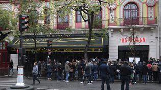 Un an après les attaques, des personnes commémorent les attentats du 13 novembre 2015, à Paris, devant le Bataclan, le 13 novembre 2016. (JOEL SAGET / AFP)