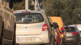 L'île est l'une des régions les plus attractives de France, mais les problèmes de mobilité se posent sur un territoire où la voiture est aujourd'hui indispensable. (FRANCE 2)