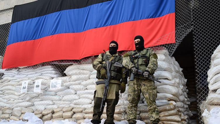 Des hommes armés à Sloviansk, en Ukraine, le 21 avril 2014. (ANTON KRUGLOV / RIA NOVOSTI / AFP)