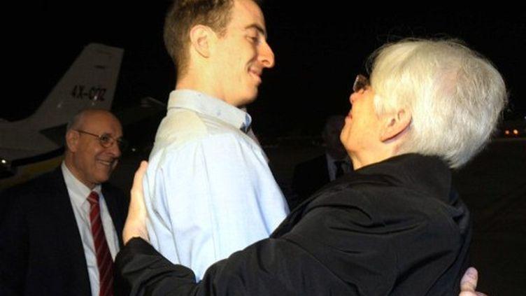 Ilan Grapel retrouve sa mère en Israël, à l'aéroport international de Tel-Aviv. (GPO / AFP)