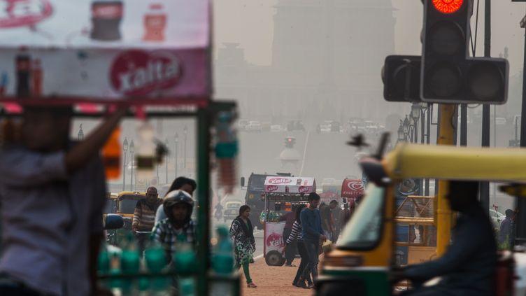 Une artère de New Delhi (Inde) sous la pollution, le 1er décembre 2015. (ROBERTO SCHMIDT / AFP)