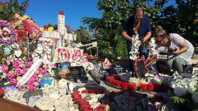 La sépulture de Johnny Hallyday, au cimetière de Lorient,sur l'île de Saint-Barthélemy. (VALENTINE AUTRUFFE / AFP)