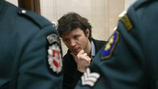 Bertrand Cantat dans son box lors de son procès à Vilnius, en Lituanie, pour le meurtre de Marie Trintignant. Mars 2004.  (PETRAS MALUKAS / AFP)