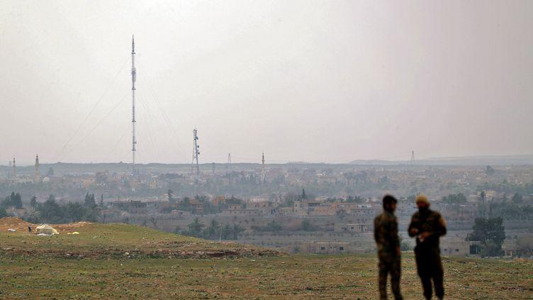 Des combattants desForces démocratiques syriennes près de l'enclave de Baghouz, dans l'est de la Syrie. (DELIL SOULEIMAN / AFP)