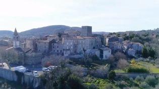 Vu du ciel, le village médiéval deDurfort-et-Saint-Martin-de-Sossenac (Gard) présente une forme singulière. Cette commune en plein cœur des Cévennes a été bâtie en circulade, en forme d'escargot. (FRANCE 3)