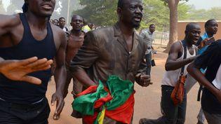 Des manifestants dans les rues de Ouagadougou (Burkina Faso), le 30 octobre 2014. (ISSOUF SANOGO / AFP)