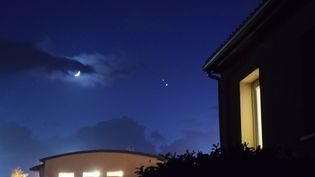 Les planètes Jupiter et Saturnevisibles à côté de la Lune, le 16 décembre 2020. (ERIC CHAPELLE)