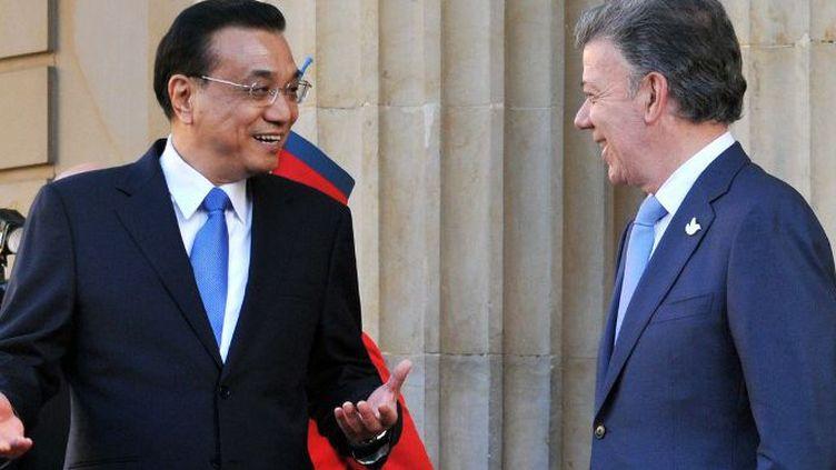 Le Premier ministre chinois Li Keqiang reçu en mai 2015 par le président colombien Juan ManuelSantos au cours d'une visite officielle au fort potentiel économique. (GUILLERMO LEGARIA / AFP)