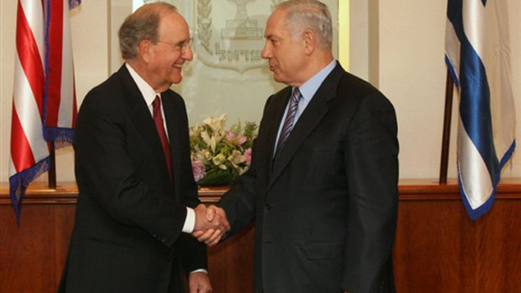 L'émissaire américain George Mitchell serre la main du premier ministre israélien Benjamin Netanyahu (© AFP Dan Balilty)