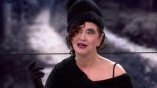 Capture de la chanteuse Sapho (Capture France 3)