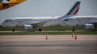 Des avions sur le tarmac à l'aéroportRoissy-Charles de Gaulle,le 24 mars 2020. (THOMAS SAMSON / AFP)