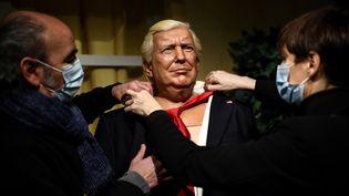 La statue de Donald Trump est retirée du musée Grévin à Paris, le 19 janvier 2021. (CHRISTOPHE ARCHAMBAULT / AFP)