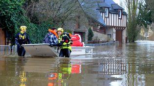 Des sauveteurs à Malestroit (Morbihan), le 9 février 2014. (FRED TANNEAU / AFP)