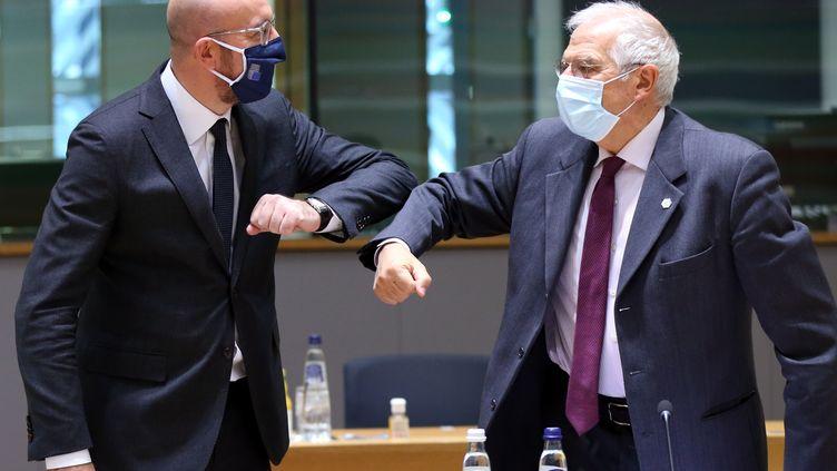 Le président du Conseil européen, Charles Michel, et le Haut Représentant de l'UE pour les Affaires étrangères et la Politique de sécurité, Josep Borrell, à Bruxelles, le 10 décembre 2020. (DURSUN AYDEMIR / ANADOLU AGENCY / AFP)