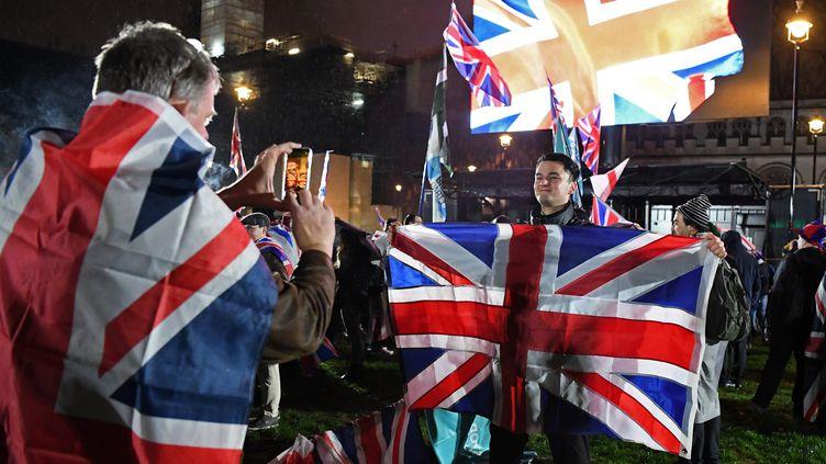 Des Britanniques attendent le début des festivités pour le Brexit, le 31 janvier 2020, à Londres. (DANIEL LEAL-OLIVAS / AFP)