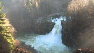 Après plusieurs semaines de pluie, en Franche-Comté, le Doubs est sorti de son lit et a gonflé les chutes d'eau de la région, notamment la cascade du Saut du Doubs. (FRANCE 3)