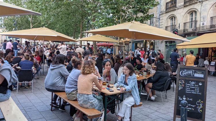 Les terrasses à Rennes, à l'occasion du passage du couvre-feu à 23h, le 9 juin 2021. (EVAN LEBASTARD / FRANCE-BLEU ARMORIQUE)