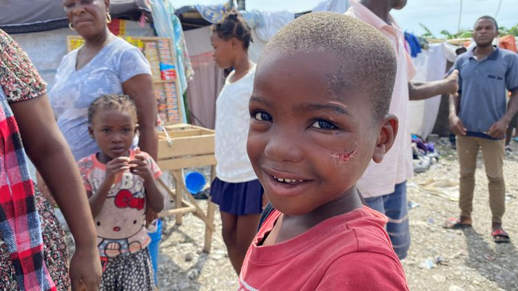 Haïti. Un enfant dans un camp de réfugiés des Cayes. (BORIS LOUMAGNE / RADIO FRANCE)