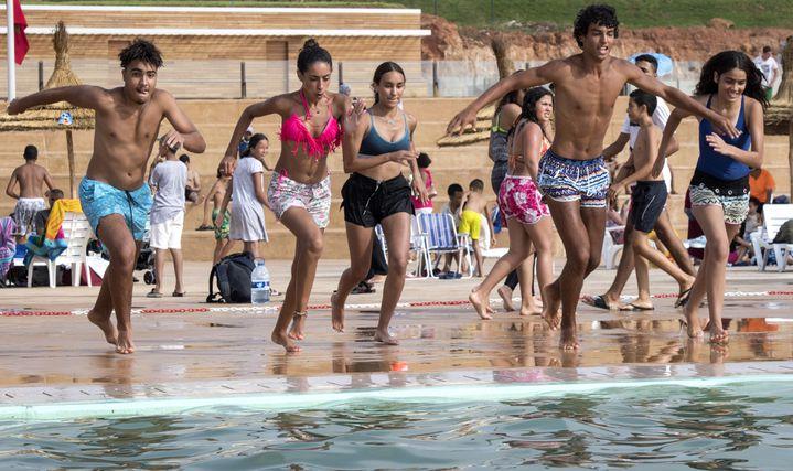 Des Marocains se préparent à sauter dans l'eau à la nouvelle piscine publique de la capitale Rabat le 7 août 2019. (FADEL SENNA / AFP)