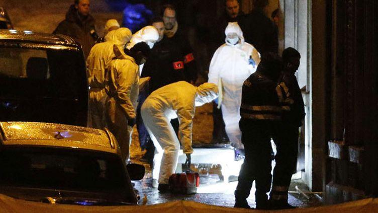 (Les enquêteurs inspectent une rue de Verviers, après l'assaut lancé par la police © Frank Augstein/AP/SIPA)