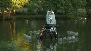 L'artiste Fossilis Fulgor en scène lors du festival Le Piano du lac. (FRANCEINFO)