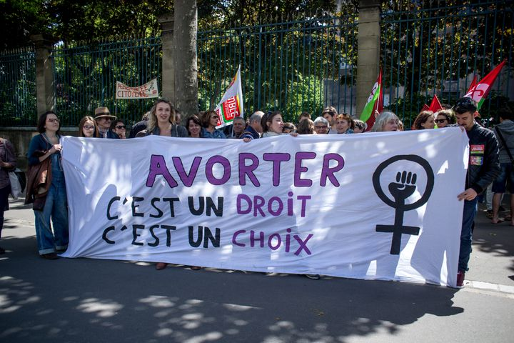 "Des manifestants pro-avortement brandissent une banderole ""Avorter c'est un droit, c'est un choix"" à Paris, le 30 mai 2015. (MICHAEL BUNEL / NURPHOTO)"