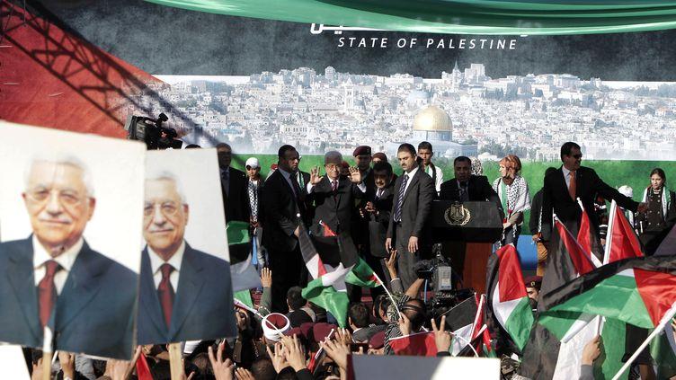 Le président palestinien Mahmoud Abbasest ovationnéà son retour de l'ONU où le statut d'Etat observateur a été octroyé à la Palestine, le 2 décembre 2012, à Ramallah (Cisjordanie). (AHMAD GHARABLI / AFP)